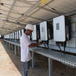 pertamina menurunkan emisi karbon dengan mengembangkan pembangkit listrik tenaga surya, plts